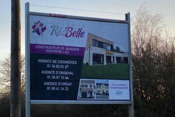 Encore de nouveaux panneaux pour vous indiquer nos agences !! N'hésitez pas à contacter nos équipes de Maisons RéaBelle !